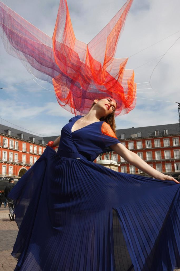 plaza mayor Madrid 1.78, de Janet Echelman - carolina verd