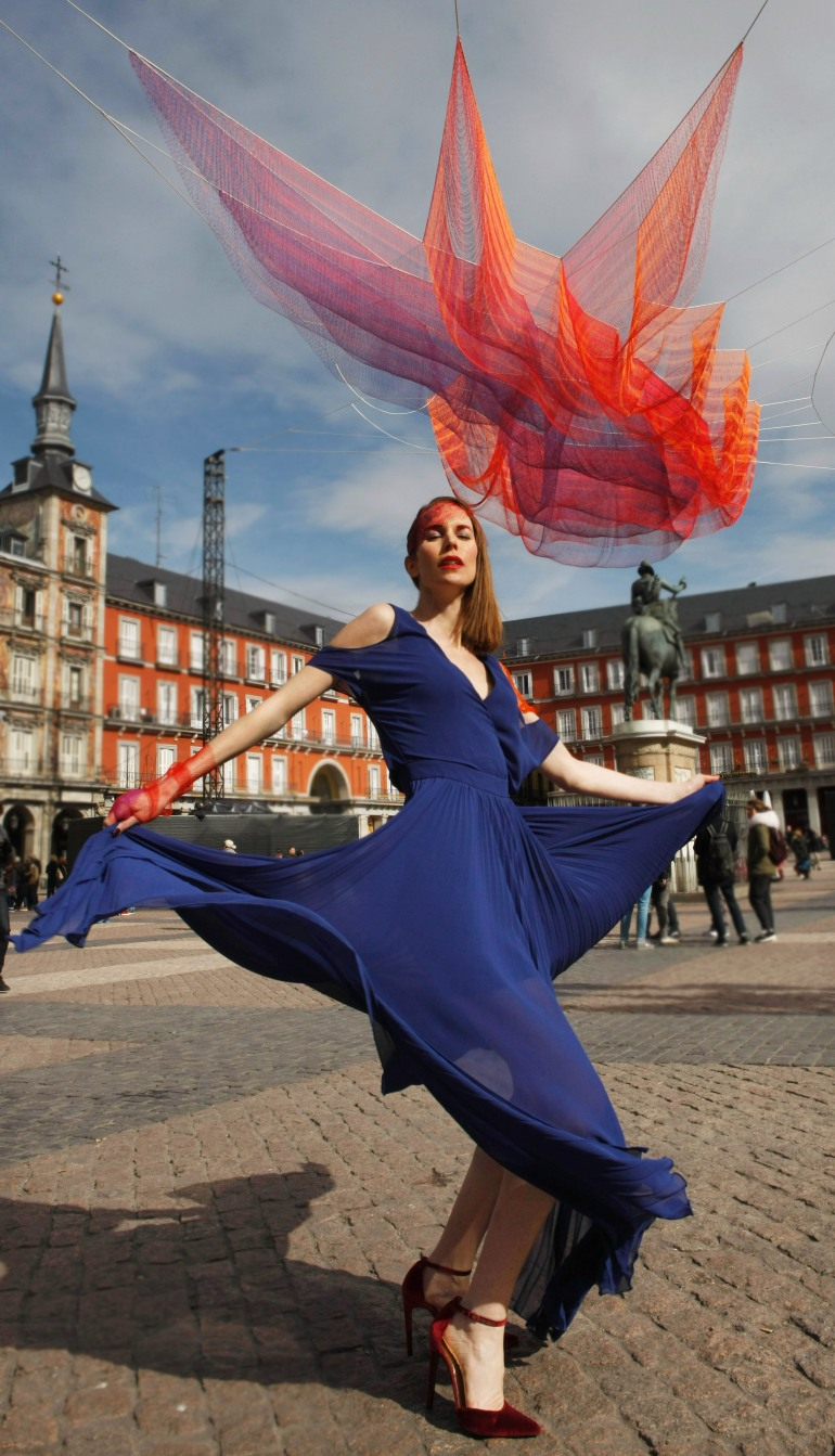 plaza mayor Madrid 1.78, de Janet Echelman - carolina verd