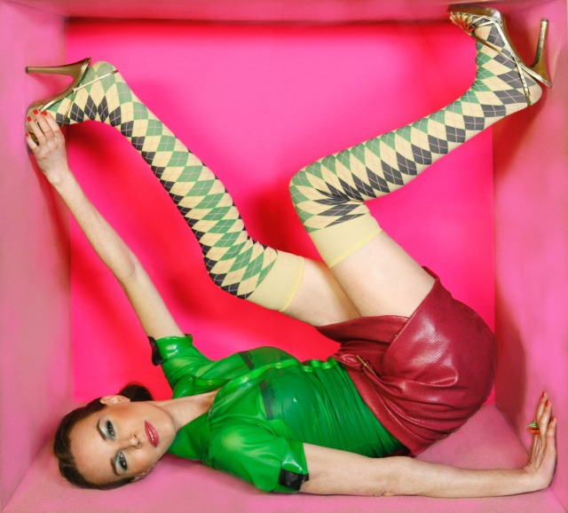 Fotografía: Oscar Rivilla Diseño conceptual: Carolina Verd anillos : Catalina D´Anglade camisa de látex verde de Mad Rubb falda de M&L Mirror pop art